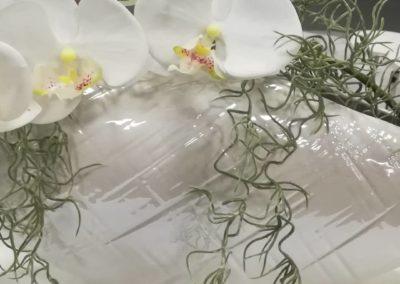 Composition pour un vase contemporain , avec orchidée